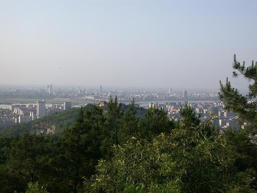 岘山位于襄阳城西南1公里处,风景秀美.